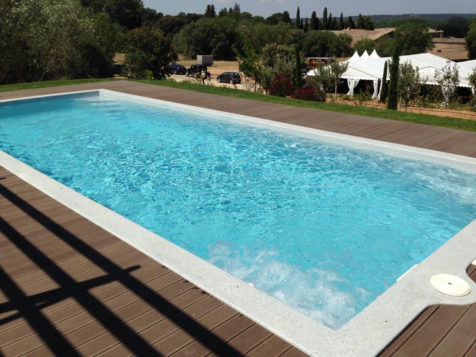 Piscine coque polyester freedom gamme platinium for Accessoire piscine 62